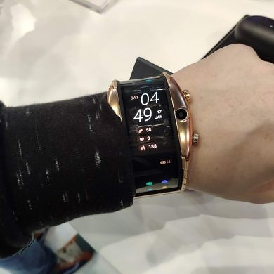 The Nubia Alpha is a smartwatch pretending to be a smartphone
