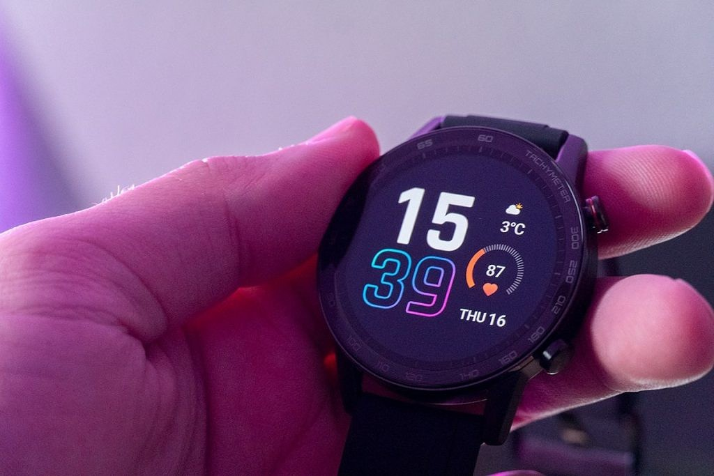"""<p>The Honor MagicWatch 2 is a 46mm smartwatch with a high resolution AMOLED display. At € 209,00, this aims to be one of the best smartwatches on the market. Honor sent us one of these new watches to check out. While we will do a more in-depth review later on, we wanted to bring you</p> <p>The post <a rel=""""nofollow"""" href=""""https://www.xda-developers.com/unboxing-and-hands-on-with-the-honor-magicwatch-2/"""">Unboxing and Hands-on with the Honor MagicWatch 2</a> appeared first on <a rel=""""nofollow"""" href=""""https://www.xda-developers.com/"""">xda-developers</a>.</p>"""