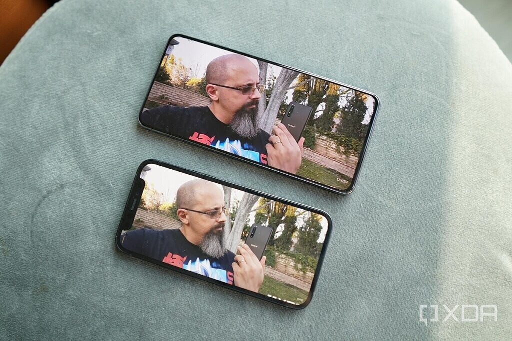 The screens of the iPhone 12 Mini and the Galaxy S21