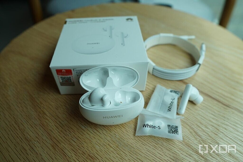 The Huawei FreeBuds 4i's retail packaging.