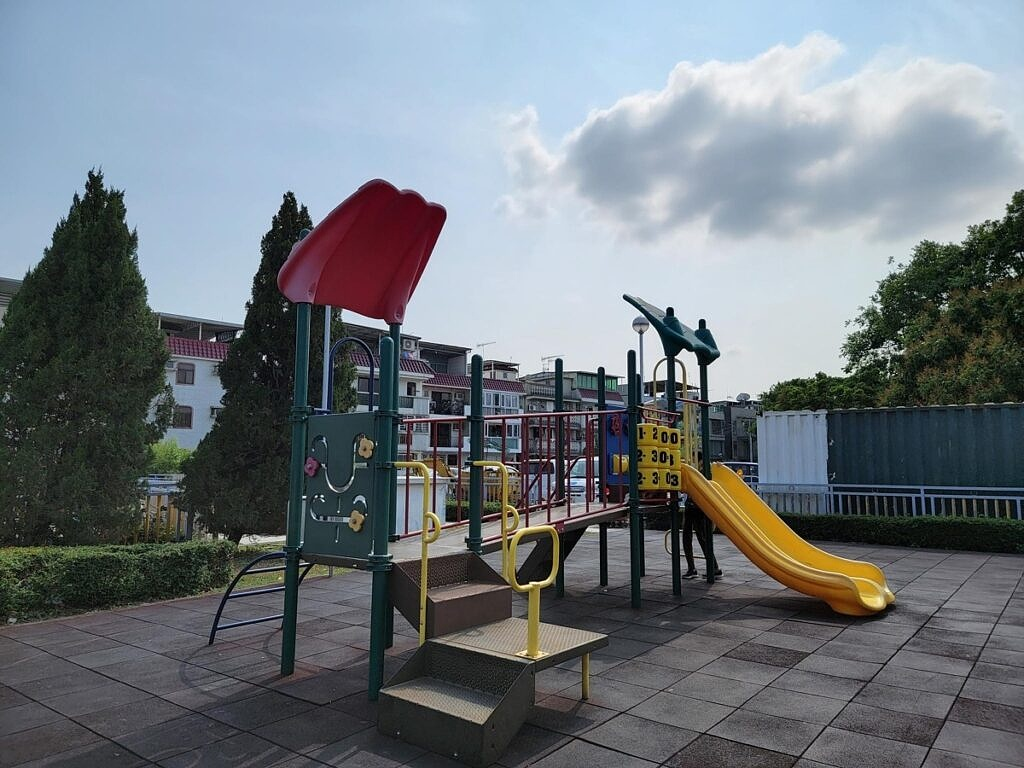 A main image of a children playground by the S21 Ultra.