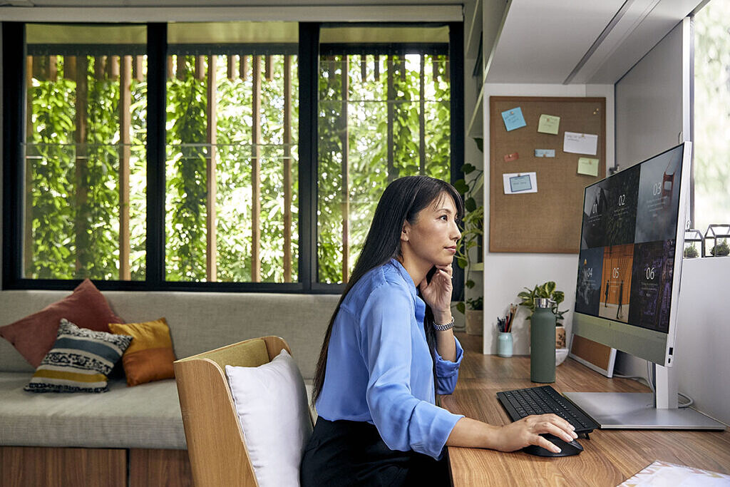 HP EliteOne 800 G8 All-in-One on desk in work from home environment