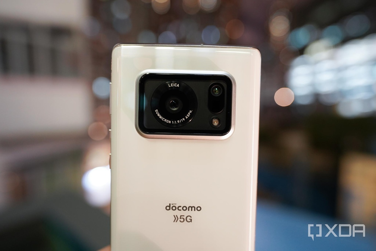 How does the Sharp Aquos R6's 1-inch camera sensor stack up against the Galaxy S21 Ultra?