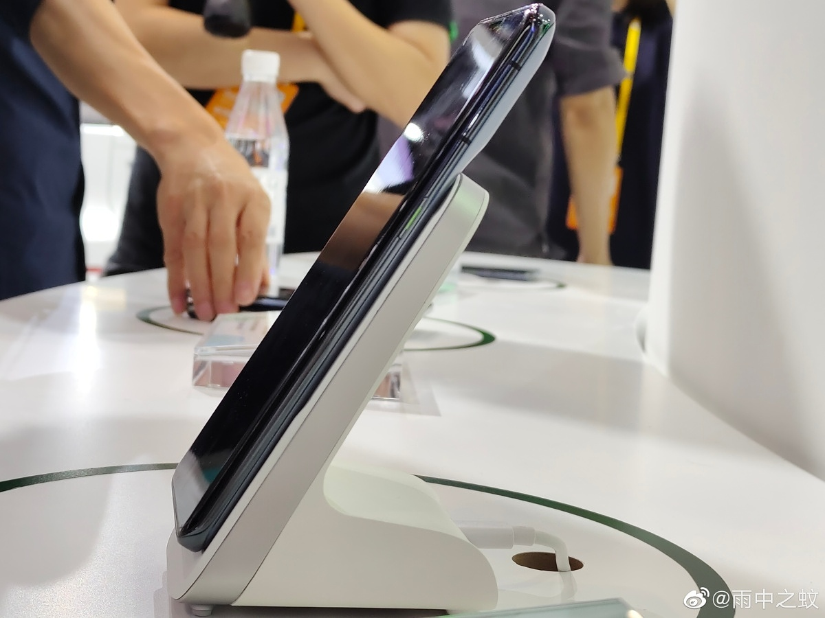 OPPO's MagVOOC charging stand from the side