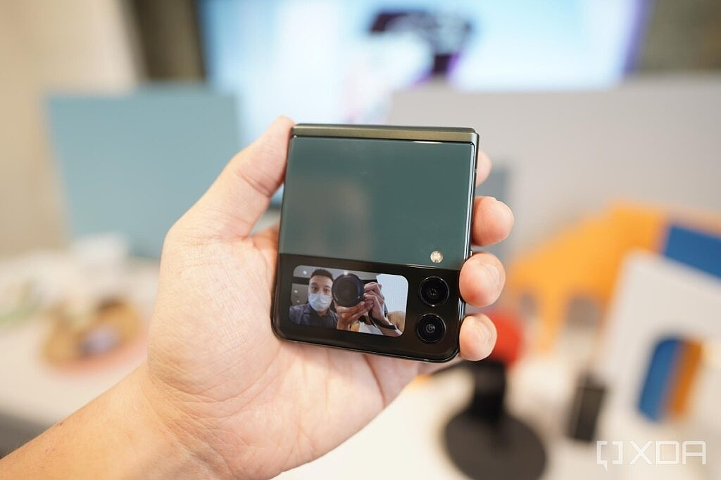 Z Flip 3 cover screen as a viewfinder